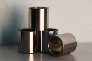 Hardening by a hard-alloy coating of protective plugs of a pump shaft